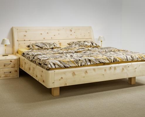 Abb: Hocheck– Doppelbett aus Zirbenholz mit elegant gewölbtem Kopfhaupt und optionalen Nachtkästchen - Original Steiner Zirbenbett