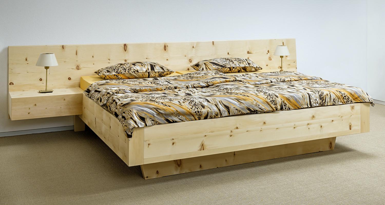 Doppelbett Spitzstein – modernes Zirbenbett mit breit ausgeführtem Kopfhaupt und freischwebend angesetzten, grifflosen Nachtkästchen - Original Steiner Zirbenbett