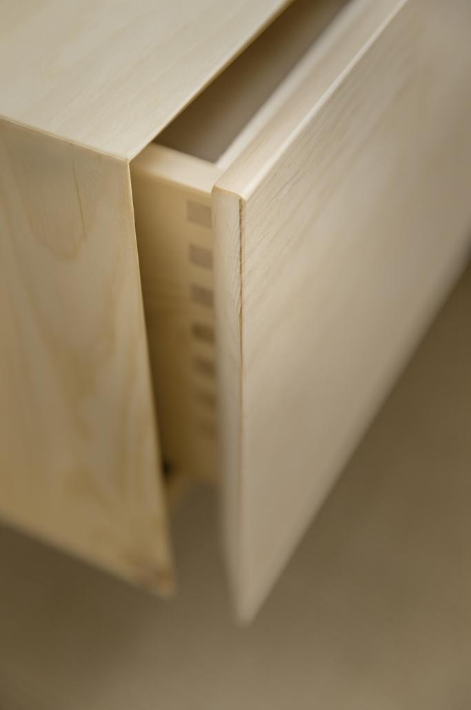 Freischwebendes Nachtkästchen, grifflose Schublade mit Öffnungsgehrung, am Zirbenbett Spitzstein - Original Steiner Zirbenbett