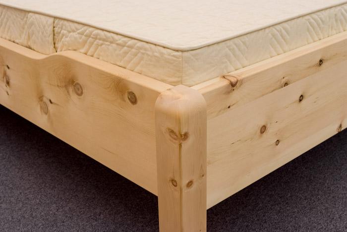 Flache Fußwange mit oben angerundeten Eckpfosten, Seitenwange mittig abgesenkt am Zirbenbett Breitenstein - Original Steiner Zirbenbett