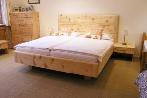 Doppelbett Hocheck mit hohem Kopfhaupt und abgerundeten Ecken, sowie optionaler Kommode und Nachtkästchen - Original Steiner Zirbenbett