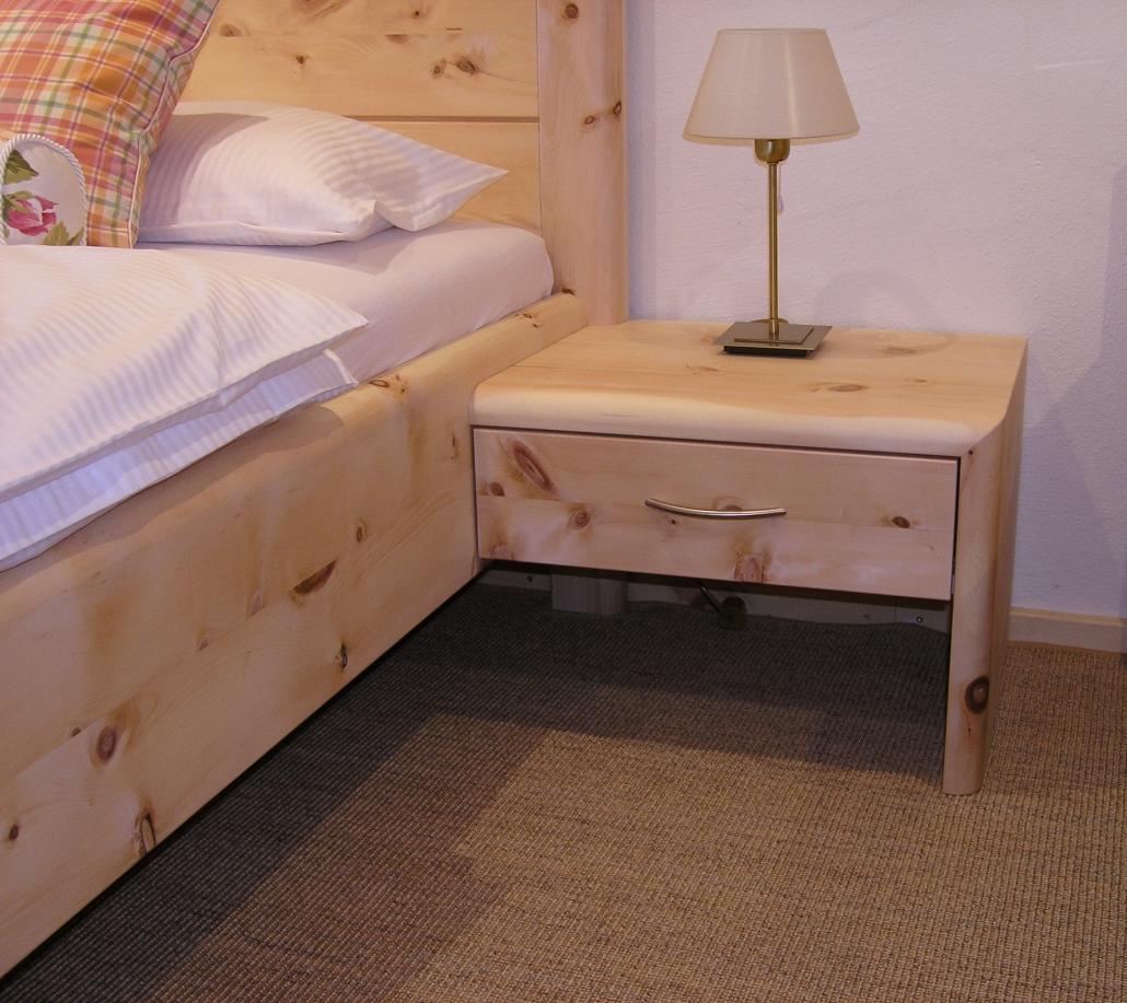 Am Zirbenbett angesetzter Nachttisch mit Schubladen-Vollauszug