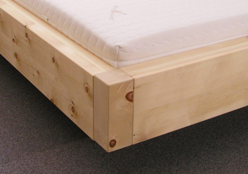 Stabile, mit den extra breiten Bettwangen bündige Eckpfosten am massiv ausgeführten Doppelbett Sulzberg - Original Steiner Zirbenbett