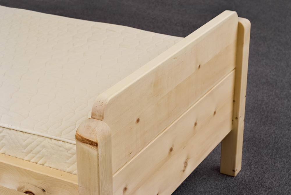 Fusshaupt und Bettpfosten gerundet aus Alpenzirbe am Einzelbett Farrenpoint - Original Steiner Zirbenbett