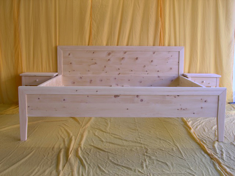 Doppelbett Geigelstein, Kopfhaupt und Fußwange gerade, Umrandung von Kopfhaupt und Fußwange ist gleichzeitig Bettpfosten, Abb. mit optionalem Nachtkästchen - Original Steiner Zirbenbett