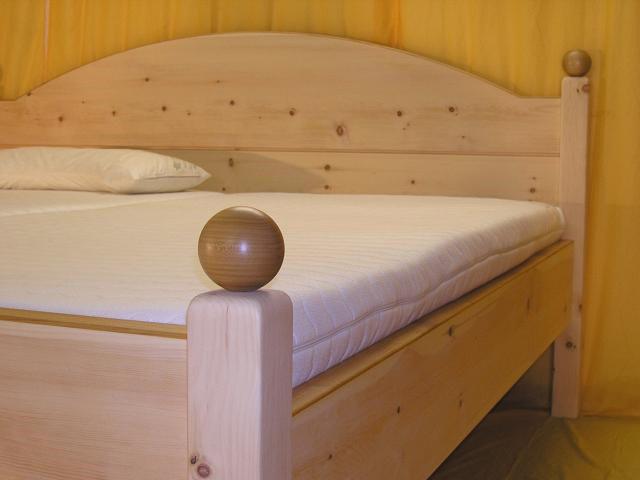 Abgerundete Eckpfosten mit Kugeln aus Kirschbaum am Doppelbett Hochstaufen - Original Steiner Zirbenbett