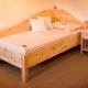 Einzelbett Hofberg klassisch geschweiftes Kopfhaupt geschweifter Wandschutz mit Zirbenkugeln auf den drei Eckpfosten - Original Steiner Zirbenbett