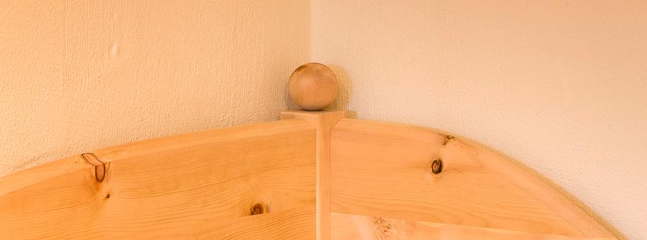 Eckpfosten mit Zirbenholzkugel und geschweifter Wandschutz am Zirbenbett Hofberg - Original Steiner Zirbenbett