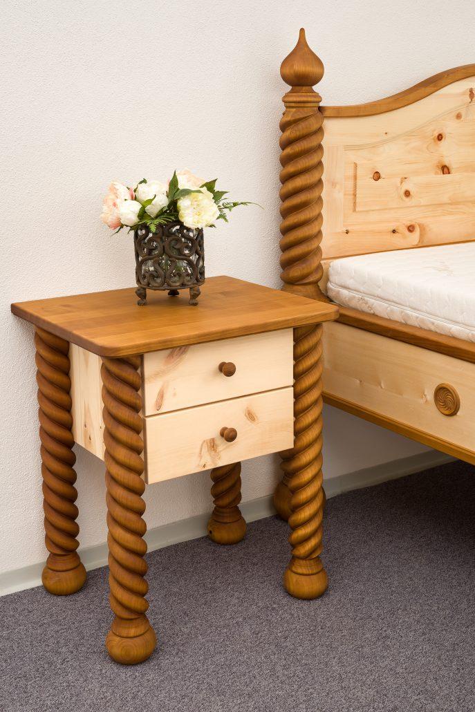 Das Nachtkästchen zum Zirbenbett Hohenschwangau kombiniert ebenfalls Zirbenholz für die Schubladen und Kirschbaum für die Deckplatte und für die gewunden, gedrechselten Eckstollen - Original Steiner Zirbenbett