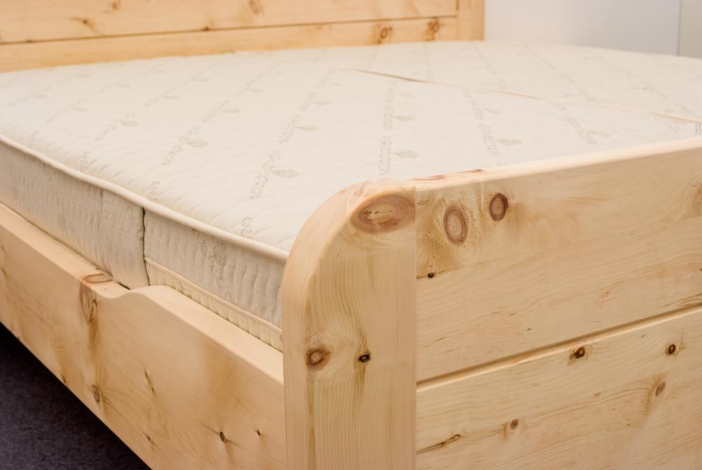 Abgerundete, in die Fußwange integrierte Bettpfosten und abgesenktes Seitenwangen am Zirbenbett Kaiserblick - Original Steiner Zirbenbett