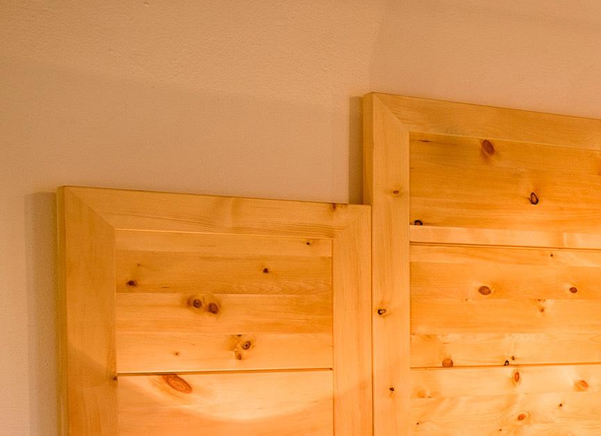 Sehr hohes und breites Kopfhaupt am Zirbenbett Kranzhorn - Original Steiner Zirbenbett