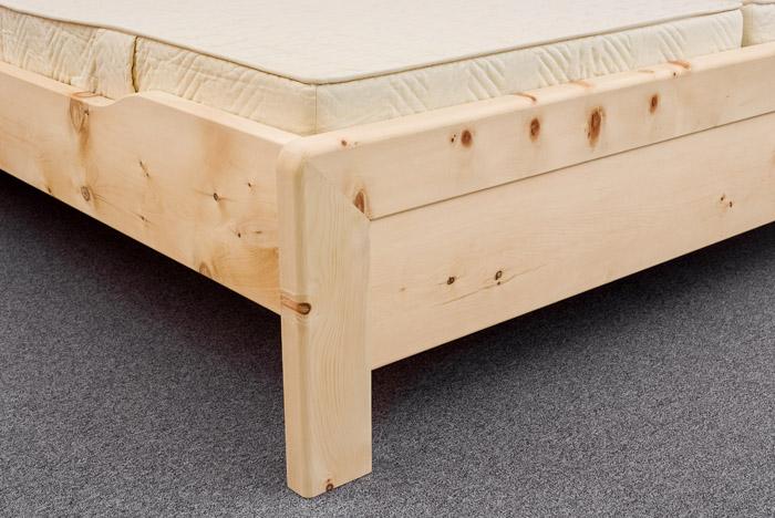 Abb.: Gerahmtes Fußhaupt mit oben gerundeten Bettpfosten am Zirbenbett Kranzhorn - Original Steiner Zirbenbett