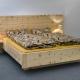 Abb.: Doppelbett Kranzhorn mit extra breitem und höherem Kopfhaupt, angesetzten Nachttischplatten und frei schwebendem Fußbereich - Original Steiner Zirbenbett