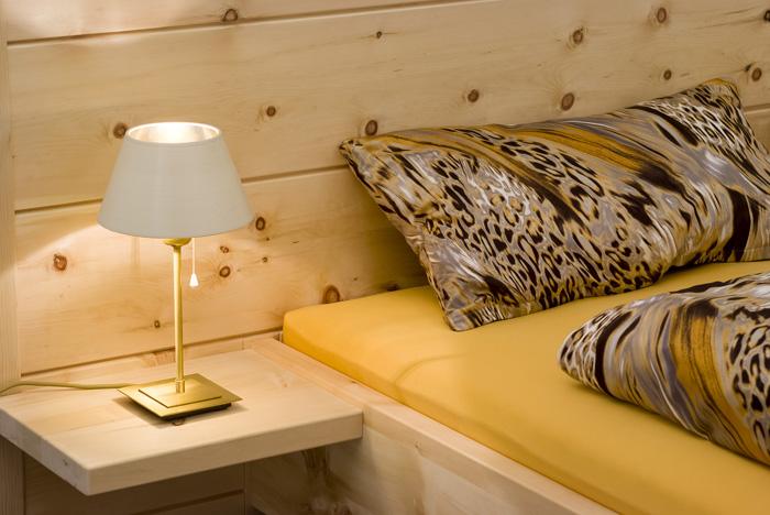 Abb.: Nachttischplatte am Zirbenholz-Doppelbett Kranzhorn - Original Steiner Zirbenbett