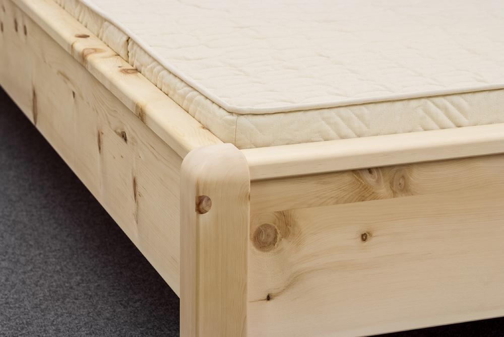 Oben abgerundete Bettpfosten an der Fußwange des Zirbenbetts Rotwand - Original Steiner Zirbenbett