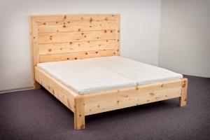 Doppelbett Hocheck mit extra hohem Kopfhaupt in Rahmenbauweise mit niedrigem Fußteil, alle Kanten komplett gerundet - Original Steiner Zirbenbett