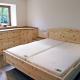 Original Steiner Zirbenbett Kranzhorn, Doppelbett mit Segmentbogen, Maßeinbau mit Zirben-Nachkästchen und Zirbenholz-Kommode, Auflageplatten aus Eichenholz