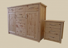 Zirbenholz-Kommode KM 02.0 aus massivem Zirbenholz passend zum Original Steiner Zirbenbett und Nachtkästchen mit Eckstollen, zwei Türen mit abgeplatteten Fronten, sieben leichtgängige Schubladen, Aluminium-Griffe