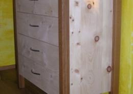 Zirbenholz-Kommode KM 02.2 aus massiver Zirbe mit Eckstollen aus regionalem Eichenholz, passend zum Original Steiner Zirbenbett, vier Schubladen mit Metall-Griffen