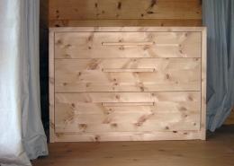 Zirbenholz-Kommode in Plattenbauweise, Korpus, Schubladen-Griffe und Fronten aus Massivholz, drei Schubladen, Auflageplatte und Seitenwangen auf Gehrung, passend zu Original Steiner Zirbenbett