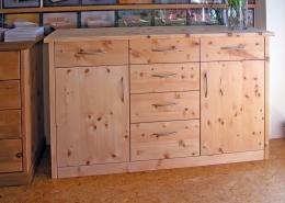 Zirbenholz-Kommode in Plattenbauweise, Korpus, Sockel und Fronten aus massivem Zirbenholz, passend zum Original Steiner Zirbenbett, zwei Türen und sechs leichtgängige Schubladen mit Bügelgriffen aus Aluminium