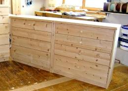 Zirbenholz-Kommode in Plattenbauweise, Auflageplatte, Korpus, Sockel und Fronten aus massivem Zirbenholz, passend zum Original Steiner Zirbenbett, Holz-Knaufe an den vier Schubladen