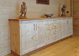 Sehr breite Zirbenholz-Kommode in Plattenbauweise, passend zum Original Steiner Zirbenbett, massive Alpenzirbe kombiniert mit Auflagenplatte und Sockel aus Eichenholz, beidseitig je zwei Türen mit abgeplatteten Fronten, im Mittelteil vier Schubladen mit Bügelgriffen aus Aluminium