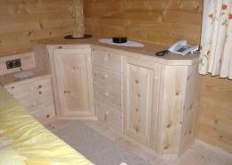 Eck-Kommode, komplett aus Massivholz der Tiroler Alpenzirbe, Maßanbau an Zirben-Nachkästchen und Original Steiner Zirbenbett, zwei Türen mit abgeplatteten Fronten, vier Schubladen mit Holzknaufen