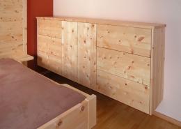 Freischwebende, bodenfrei an der Wand befestigte Zirbenholz-Kommode, passend zum Original Steiner Zirbenbett, grifflose Fronten an Türen und Schubladen