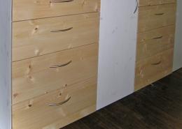 Bodenfrei an der Wand befestigte Zirbenholz-Kommode, passend zum Original Steiner Zirbenbett, Fronten an Tür und Schubladen mit Bügelgriffen aus Aluminium, Tür und Seitenwangen mit Bio-Lasur