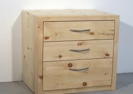 Zirbenholz-Nachtkästchen in Plattenbauweise, drei Schublade mit Aluminium-Griffen, passend für Original Steiner Zirbenbett