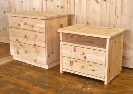 Zwei Zirbenholz-Nachtkästchen in Plattenbauweise, zwei Schubladen mit Ablagefach (rechts) und drei Schubladen (links) mit Holzknaufen, passend für Original Steiner Zirbenbett