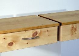 Zwei Zirbenholz-Nachtkästchen 07.0 mit Schublade und Nachttisch-Platte in Kirschbaum geölt; schwebende Version, vorbereitet für Anbau an Original Steiner Zirbenbett