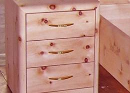 Elegantes Zirbenholz-Nachtkästchen mit abgerundeten Konturen und drei leichtgängigen Schubladen mit Messing-Griffen für Original Steiner Zirbenbett