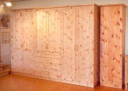 Zirbenholz-Kleiderschrank 01.0 aus Tiroler Alpenzirbe, sechs gerahmte Türen mit abgeplatteten Füllungen, Schubladen mit Vollauszügen und Messinggriffen, kundenspezifische Ausstattungsmerkmale, passend zum Original Steiner Zirbenbett