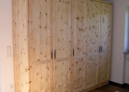 Zirbenholz-Kleiderschrank 01.1 aus Tiroler Alpenzirbe, fünf gerahmte Türen mit abgeplatteten Füllungen, Türgriffe aus Metall, kundenspezifische Innen-Ausstattung, passend zum Original Steiner Zirbenbett
