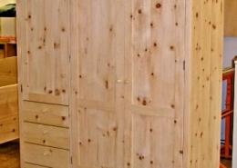 Dreitüriger Zirbenholz-Kleiderschrank 01.2 aus Tiroler Alpenzirbe, Türfronten mit abgeplatteten Füllungen, fünf Schubladen, Holzknaufe, kundenspezifische Innen-Ausstattung, passend zum Original Steiner Zirbenbett