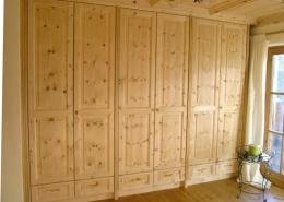 Zirbenholz-Kleiderschrank 02.0, Massivholz der hochwertigen Tiroler Alpenzirbe, Maßeinbau auf Deckenhöhe, sechs Türen und Schubladen, Türfronten mit erhabenen Füllungen, passend zu klassischen Original Steiner Zirbenbetten