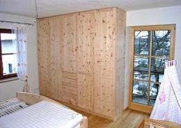 Zirbenholz-Kleiderschrank 02.3, massive Tiroler Alpenzirbe, Maßeinbau auf Deckenhöhe, fünf Türen mit Holzknaufen, Türfronten mit abgeplatteten Füllungen, mittig 4 Schubladen, passend zum Original Steiner Zirbenbett