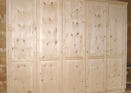 Zirbenholz-Kleiderschrank 3.0 mit geschweiftem Aufsatzgesims und Sockel, 5 grifflose Türen, optisch zweigeteilte Türfronten mit erhabenen Füllungen, passend zu klassischen Original Steiner Zirbenbetten