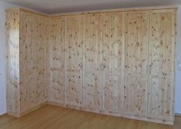 Zirbenholz-Kleiderschrank 09.2, Eckschrank aus massiver Zirbe bietet sehr viel Platz, 8 Türen mit abgeplatteten Füllungen, Bügelgriffe aus Aluminium, passend zu Original Steiner Zirbenbetten