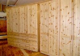 Zirbenholz-Kleiderschrank 04.0, in zwei Varianten, 1x mit 4 Türen und 8 Schubladen, 1x mit 4 Türen, Fronten mit Messinggriffen, passend zum Original Steiner Zirbenbett