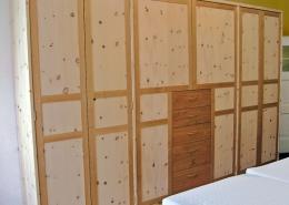 Zirbenholz-Kleiderschrank 05.0, 6-türig aus massivem Zirbenholz mit geradem Aufsatzgesims und Türrahmen und Schubladenfronten in Kirschbaum, passend zum Original Steiner Zirbenbett Rotwand