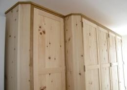Zirbenholz-Kleiderschrank 05.1, 5-türig aus massiver Zirbe gefertigt, mit Aufsatzgesims und Zwischenlisenen in Eiche, dreigeteilten Rahmentüren mit glatten Füllungen, passen zu den Original Steiner Zirbenbetten Heuberg oder Breitenstein