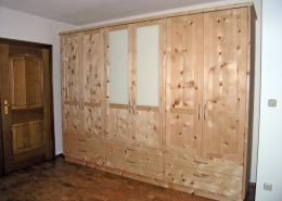 Zirbenholz-Kleiderschrank 06.3, massive Zirbe, Glaseinsatz im Mittelteil, zweigeteilte Rahmentüren, 6 Schubladen, Fronten mit Bügelgriffen aus Metall, passend zu Original Steiner Zirbenbetten