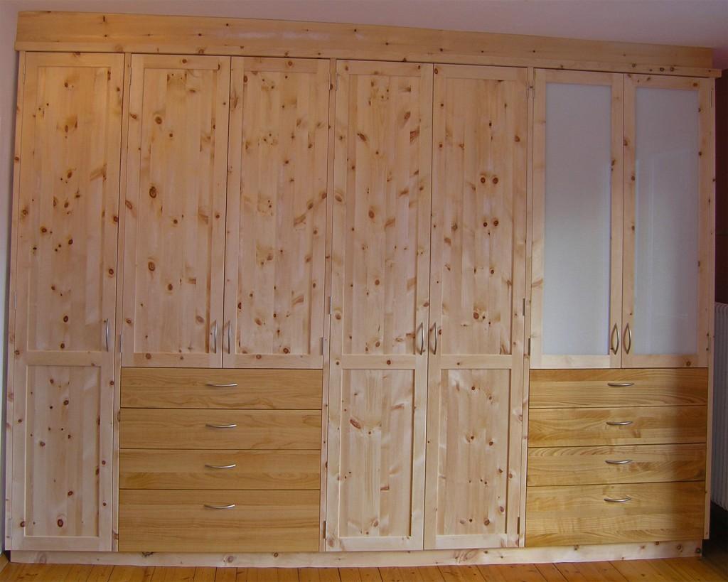 Zirbenholz-Kleiderschrank 06.4, dreieinhalb-teilig, 7 Türen, 2 davon mit Glaseinsatz, 8 Schubladen, Fronten aus Kirschbaum und Metallgriffen, passend zu Original Steiner Zirbenbetten