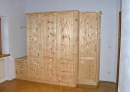 Zirbenholz-Kleiderschrank07.1, 5-teilig, 4 Türelemente und angebautes Schubladenelement, zurückgesetztes Türelement, geringere Tiefe, abgeschrägte Korpuskanten, Maßeinbau, passend zu Original Steiner Zirbenbetten