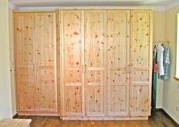 Zirbenholz-Kleiderschrank 07.3, massive Zirbe, Korpus mit abgeschrägten Kanten, 6 Türen, 1 zurückgesetztes Türelement, Aluminium-Griffe, 3-geteilte Rahmentüren mit glatten Füllungen, Maßeinbau, passend zu Original Steiner Zirbenbetten
