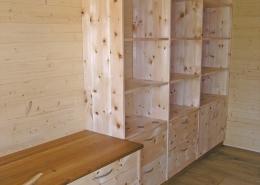 Zirbenholz-Regalwand 08.1, massive Zirbe, Unterteil als Kommode mit Schubladen und Türen, angebauter Schreibtisch, Deckplatte aus Eiche, passend für einen Arbeitsraum mit ruhiger Atmosphäre