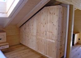 Zirbenholz-Kleiderschrank 10.3, Maßeinbau in Mansarde, massive Zirbe, 5 Türen, 2-geteilte Türfronten mit abgeplatteten Füllungen, Aluminium-Bügelgriffe, passend zu Original Steiner Zirbenbetten